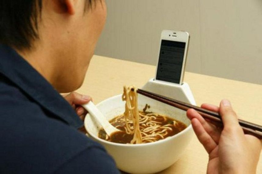 Si usas el móvil mientras comes te alimentas peor